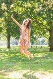 Brune gaie élégante sautant dans le ciel Photo libre de droits