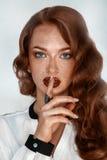 Brune magnifique avec des taches de rousseur dans le studio photos libres de droits