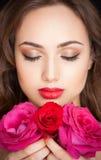 Brune magnifique dans le maquillage photographie stock