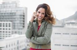 Brune magnifique gaie dans téléphoner de mode d'hiver Photos libres de droits