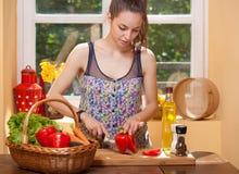 Brune magnifique préparant le repas sain Image libre de droits