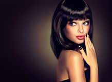 Brune modèle avec la coiffure du soin photos stock