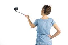 Brune occasionnelle prenant un selfie Image stock