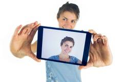 Brune occasionnelle prenant un selfie Photo libre de droits