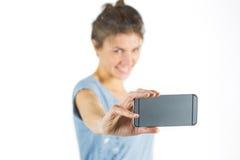 Brune occasionnelle prenant un selfie Photographie stock