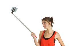 Brune occasionnelle utilisant le bâton de selfie Images libres de droits