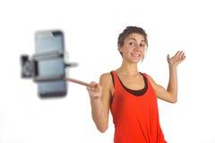 Brune occasionnelle utilisant le bâton de selfie Photos stock
