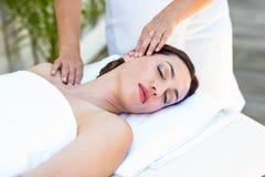 Brune recevant le massage de cou Photo stock
