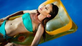 Brune renversante se reposant et prenant un bain de soleil image libre de droits