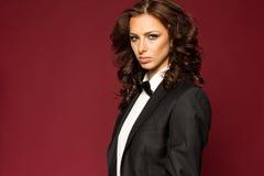 Brune sexy élégante dans le smoking Photographie stock