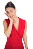 Brune sexy inquiétée dans la pose rouge de robe Photo libre de droits