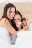 Brune soulageant son ami pleurant Image libre de droits
