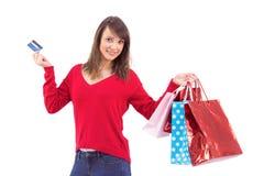 Brune tenant le cadeau et la carte de crédit Image stock