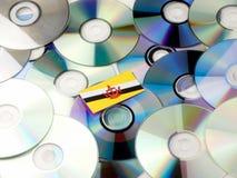 Brunei flaga na górze cd i DVD stosu odizolowywającego na bielu Fotografia Stock