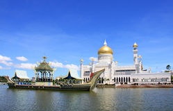 Brunei mosque and the royal barge. Sultan Omar Ali Saifuddin mosque and the replica of the royal barge, situated in the city centre of Bandar Seri Begawan, is Royalty Free Stock Photos
