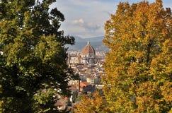 Brunelleschi kupol i Florence mellan höstträden Royaltyfri Foto