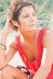 Brunet γυναίκα στο κόκκινο Στοκ Εικόνα