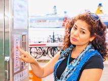 Brunet infelice al distributore automatico del biglietto Fotografia Stock Libera da Diritti