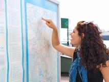 Brunet que localiza do mapa fotos de stock royalty free