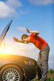 Brunet spojrzenia przy samochodowym ` s kapiszonem Zdjęcie Royalty Free