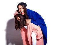 Brunetek kobiety modelują w lato modnisia przypadkowym płaszczu odizolowywającym na bielu Obraz Royalty Free