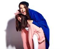 Brunetek kobiety modelują w lato modnisia przypadkowym płaszczu odizolowywającym na bielu Obraz Stock