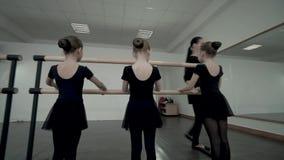 Brunetka żeński nauczyciel taniec klasy przedstawienie Małe baleriny ubierał w czarnym leotard dlaczego stać blisko baleta zbiory