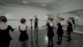 Brunetka żeński nauczyciel taniec klasy przedstawienie Małe baleriny ubierał w czarnym leotard dlaczego stać blisko baleta zbiory wideo