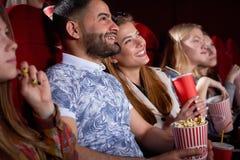 Brunetka Arabski mężczyzna i blondynki uśmiechnięta kobieta w kinie obrazy stock