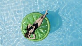 Brunetka bikini model Obrazy Royalty Free
