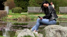 Brunetka blisko jeziora z telefonem zbiory