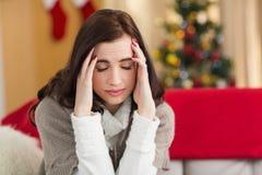 Brunetka dostaje migrenę na święto bożęgo narodzenia Zdjęcia Royalty Free