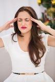 Brunetka dostaje migrenę na święto bożęgo narodzenia Fotografia Stock