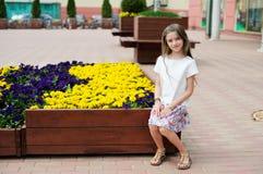 Brunetka dzieciaka dziewczyna przy centrum handlowym obrazy royalty free