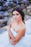 Brunetka europejczyka styl na plaży, romantyczny ono wpatruje się w odległość Piękna włosiana biżuteria handmade Zdjęcia Stock