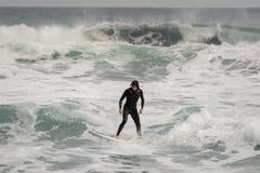Brunetka facet profesjonalnie jedzie na kipieli na morzu w swimsuit obraz royalty free