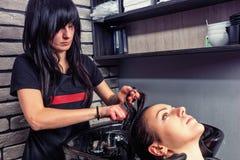 Brunetka fryzjera zgrzywiony włosy młoda piękna kobieta w wa Fotografia Royalty Free
