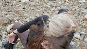 Brunetka i blondynka rozpaczamy bez przeszkód zwolnione tempo zdjęcie wideo