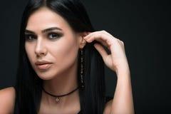 Brunetka luksusu model w zmrok biżuterii i sukni Obraz Stock