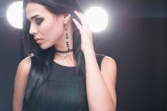 Brunetka luksusu model w zmrok biżuterii i sukni Fotografia Royalty Free