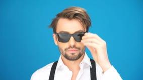 Brunetka mężczyzna jest ubranym few parę szkła zbiory