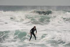 Brunetka mężczyzna profesjonalnie jedzie na kipieli na morzu w swimsuit zdjęcie stock