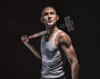 Brunetka mięśniowy mężczyzna z młotem Zdjęcie Royalty Free