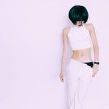 Brunetka model na białym tle w białej odzieży Fotografia Stock