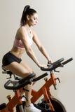 Brunetka na rowerze zdjęcia stock