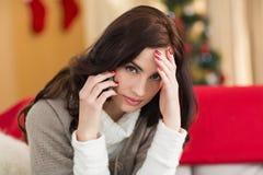 Brunetka na telefonie na święto bożęgo narodzenia Fotografia Royalty Free