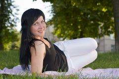 Brunetka na trawie Obrazy Royalty Free