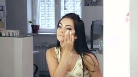 Brunetka patrzeje ją w lustrze zbiory wideo