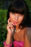 brunetka przyglądająca się zieleń Zdjęcia Royalty Free