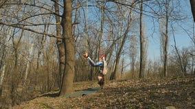 Brunetka robi aerogravity ćwiczeniom na arkanach zdjęcie wideo